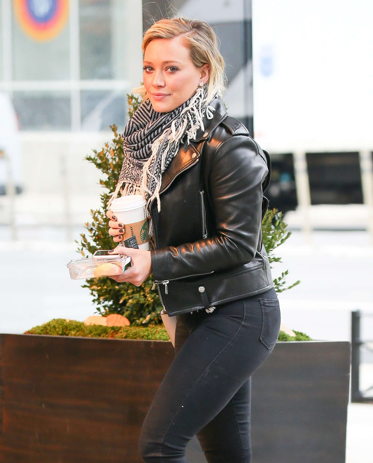 Hilary Duff in Black Jeans - Photo Hilary Duff 2016