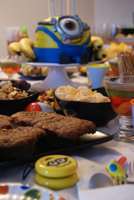 Tort minionek, Sturat, Minionek z jednym okiem, kocham minionki, Kinderball, przyjęcie dla dzieci, tort z bajki, tort w masie cukrowej, tort z kremem czekoladowym, tort na cieście ucieranym