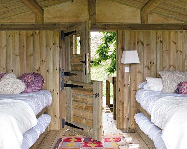 Dormitorio infantil -cabaña de madera pequeña- habitación doble con camas nidos de madera