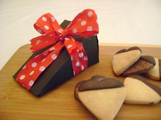 delicioso presente :corações banhados em chocolate . A embalagem é exclusiva da linha de biscoitos
