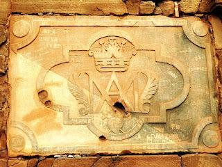 Brasão esculpido em parede do templo da redução de San Ignacio Mini.