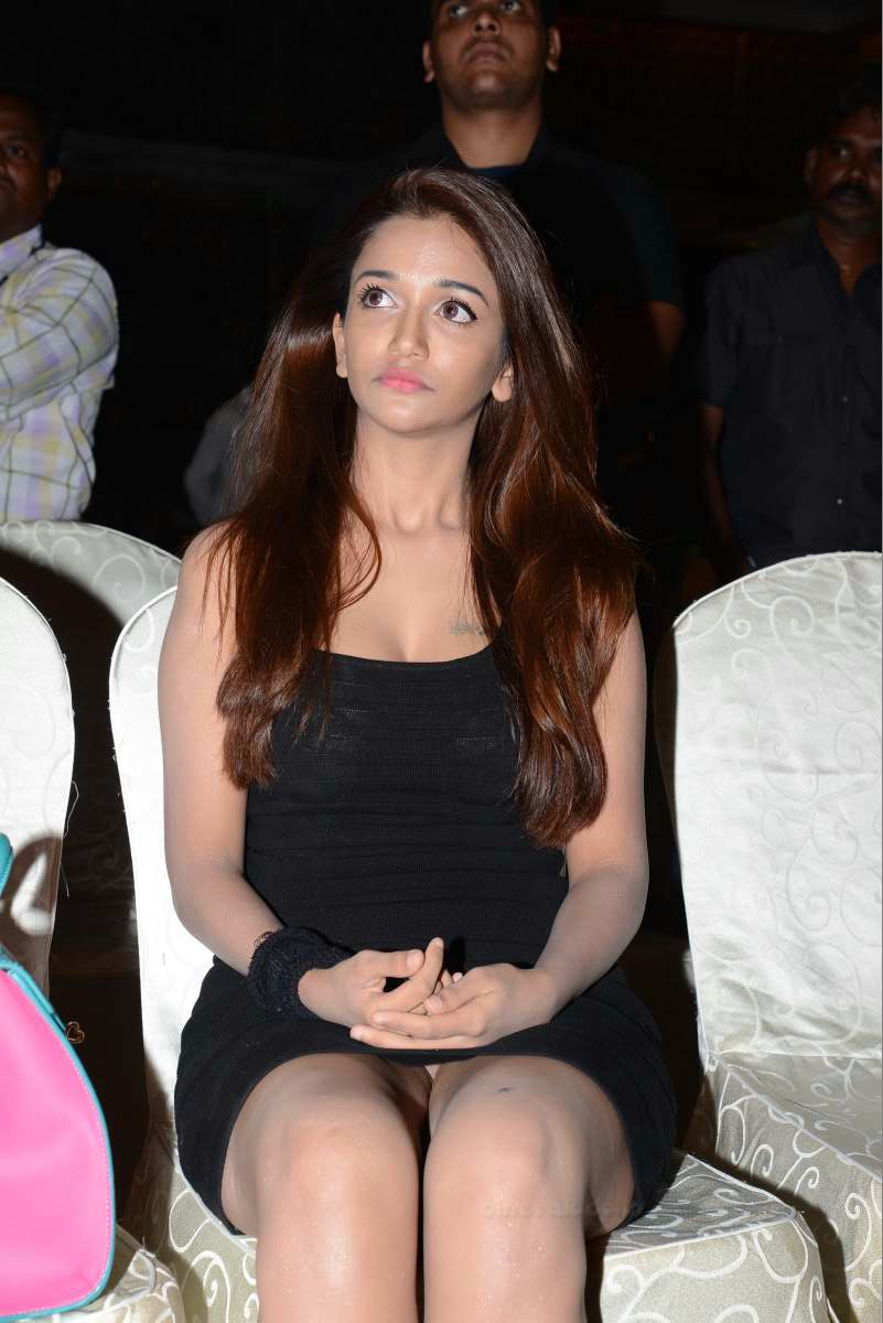Anaka Soti Hot Cleavage And Thigh Show
