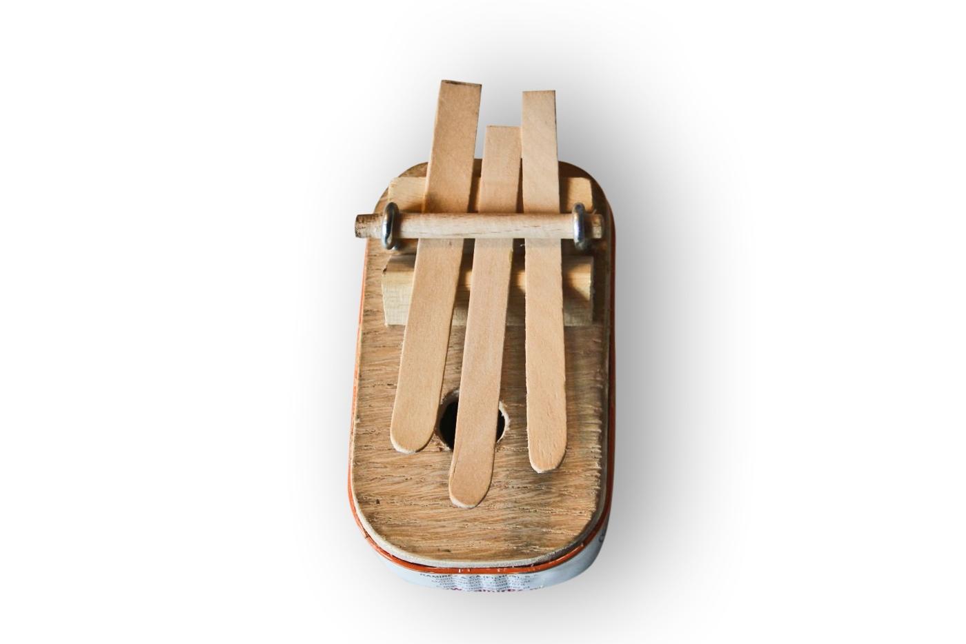 Materiais: madeira latas de conserva metal arame #966635 1400x934