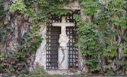 La Cruz de los ladrones y la Virgen de Santa María de las Cuevas.