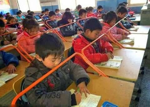مدرسة صينية تضع قضباناً للأطفال و السبب غريب