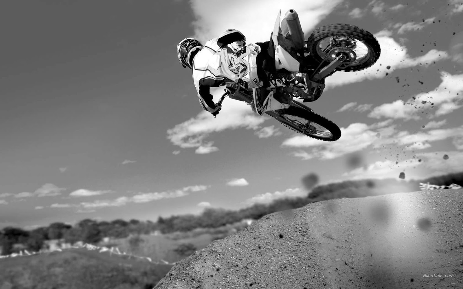 http://1.bp.blogspot.com/-_S3CG6AXqbI/UH5qFXSkzOI/AAAAAAAADxg/_rzlsJvXEJg/s1600/dirt-bike-black-and-white-wallpaper-04.jpg