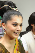 taapsee glam pics in saree-thumbnail-4