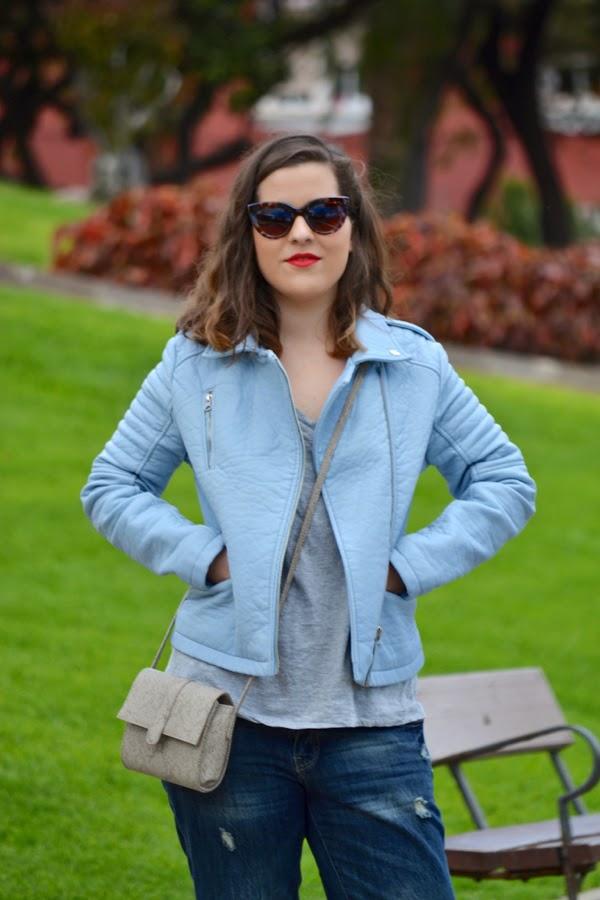 look_outfit_cazadora_azul_bebe_sandalias_plateadas_boyfriend_jeans_lolalolailo_03