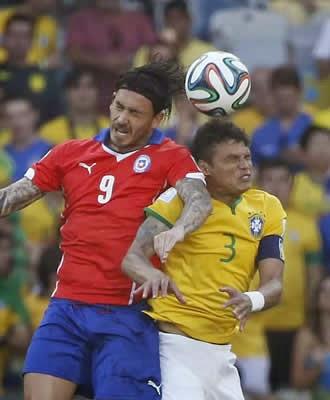 Seleção chilena acusa diretor da CBF de ter dado soco no atacante Pinilla durante intervalo de jogo