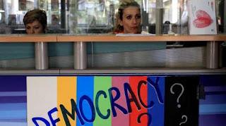 Άρθρο καταπέλτης της Monde Diplomatique: Το κλείσιμο της ΕΡΤ μας γυρίζει στον Μεσαίωνα