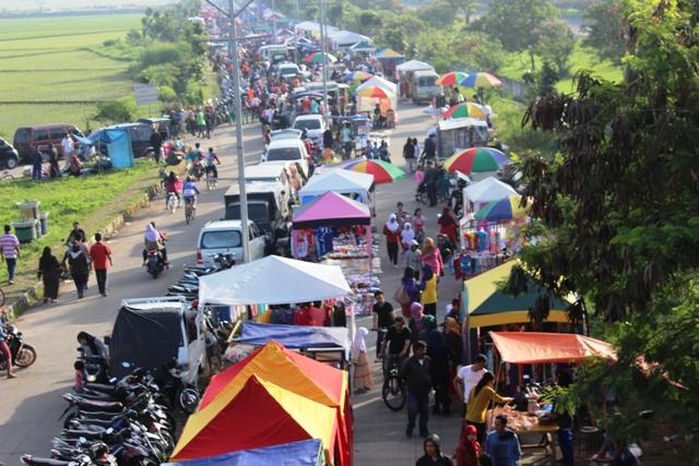 Pasar Kaget di Sekitar Stadion GBLA