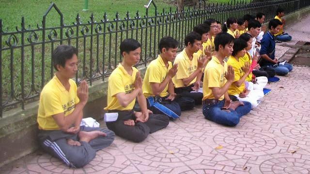 Một nhóm học viên pháp Luân Công ngồi thiền trước Đại sứ quán Trung Quốc ở Hà Nội