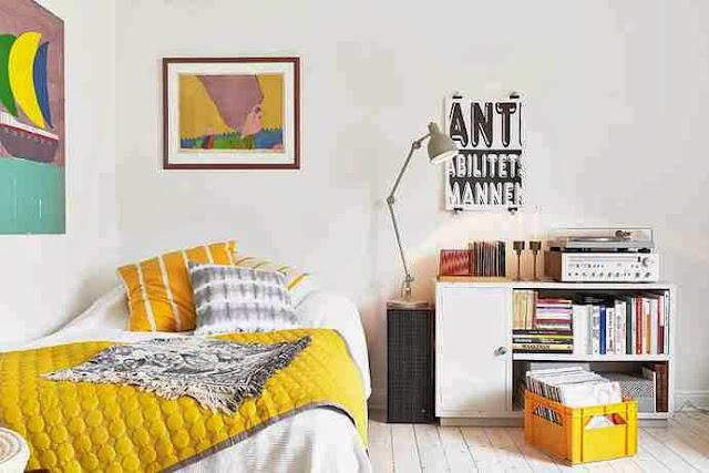Słoneczne akcenty w białej sypialni
