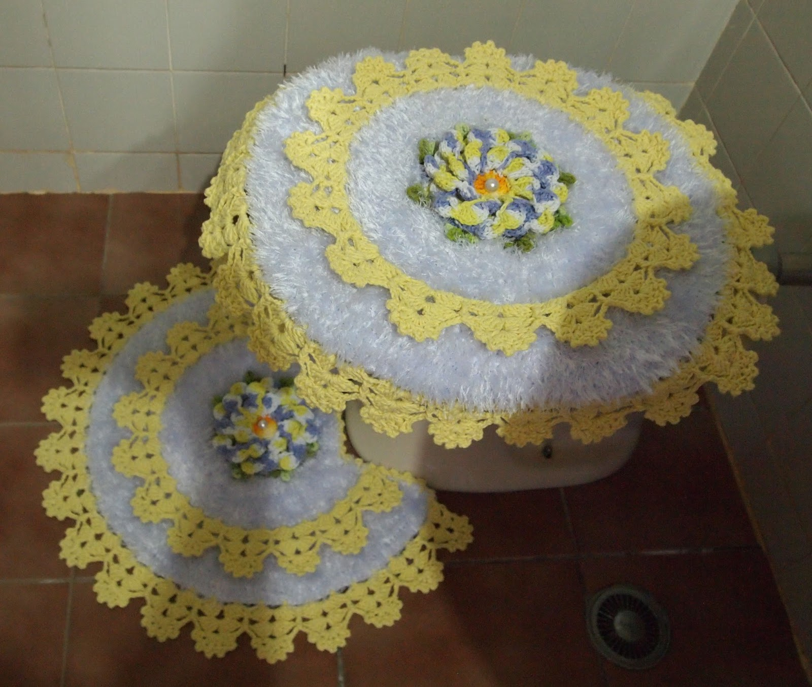 OS CROCHES DA ELSA: Jogo de Banheiro com Flor Dália #948137 1600x1353 Banheiro Com Amarelo