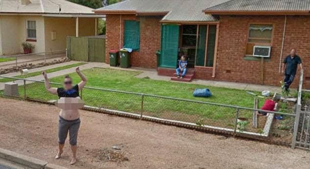 Wanita tak malu tayang payudara pada kamera Google Street View