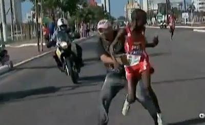 kenyan Edwin Kipsang Rotich agressé en pleine course par un spectateur.