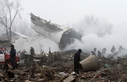Boeing 747 caiu sobre 15 casas próximas ao aeroporto de Manas; piloto e moradores morreram.