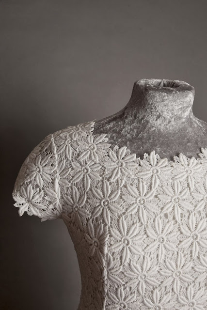 1960s lace wedding dress, detail of neckline with daisy lace, c HVB vintage wedding blog 2013