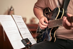 Teknik Memetik Gitar