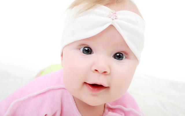 صورة طفلة شقراء جميلة وشقية