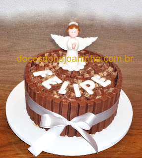 Bolo de batizado decorado com anjinho e chocolates kit kat'