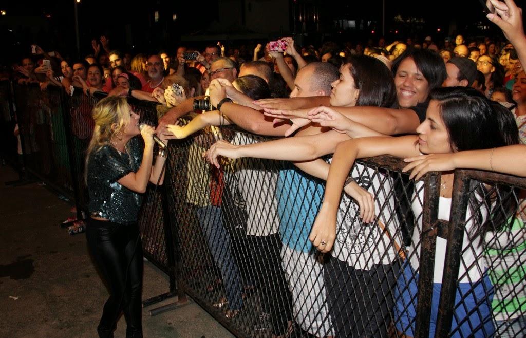 Em momento de descontração, Luiza Possi, desceu do palco para ficar mais perto do público