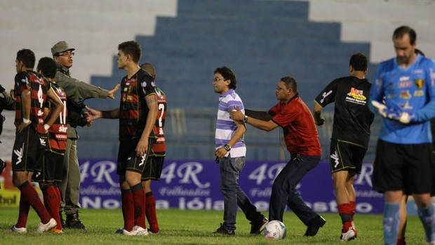 guara Brazilian refs penalty call sparks a pitch invasion, so he bottles it & ends game early