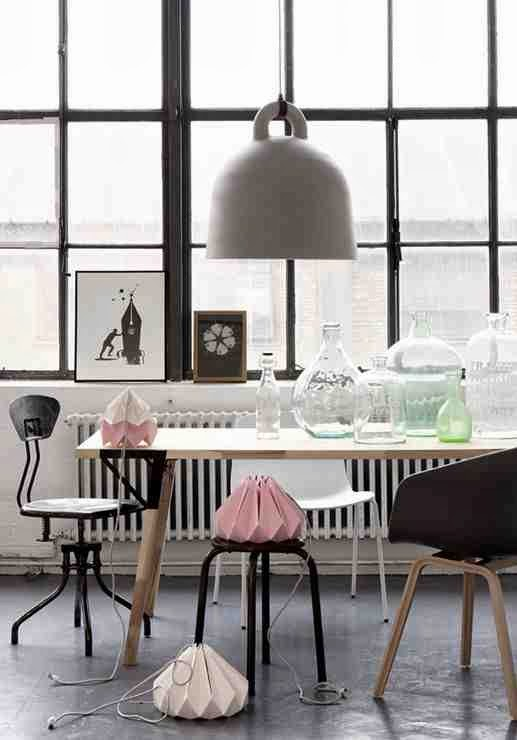 Industrialne krzesła, metalowy taboret, metalowe krzesło, pastelowe dodatki, industrialne wnętrze