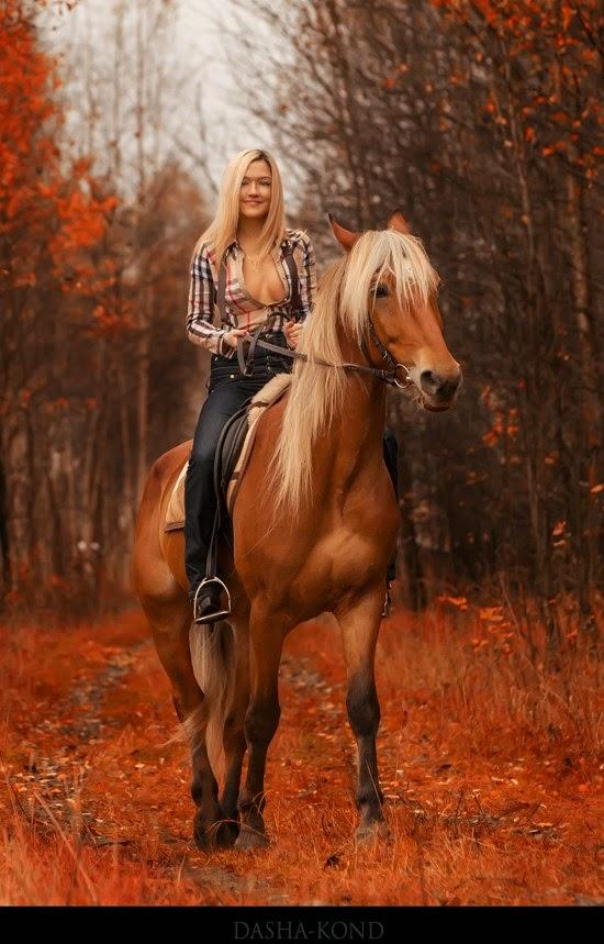 femme blonde chemise ouverte sur un cheval  par Dasha Kond