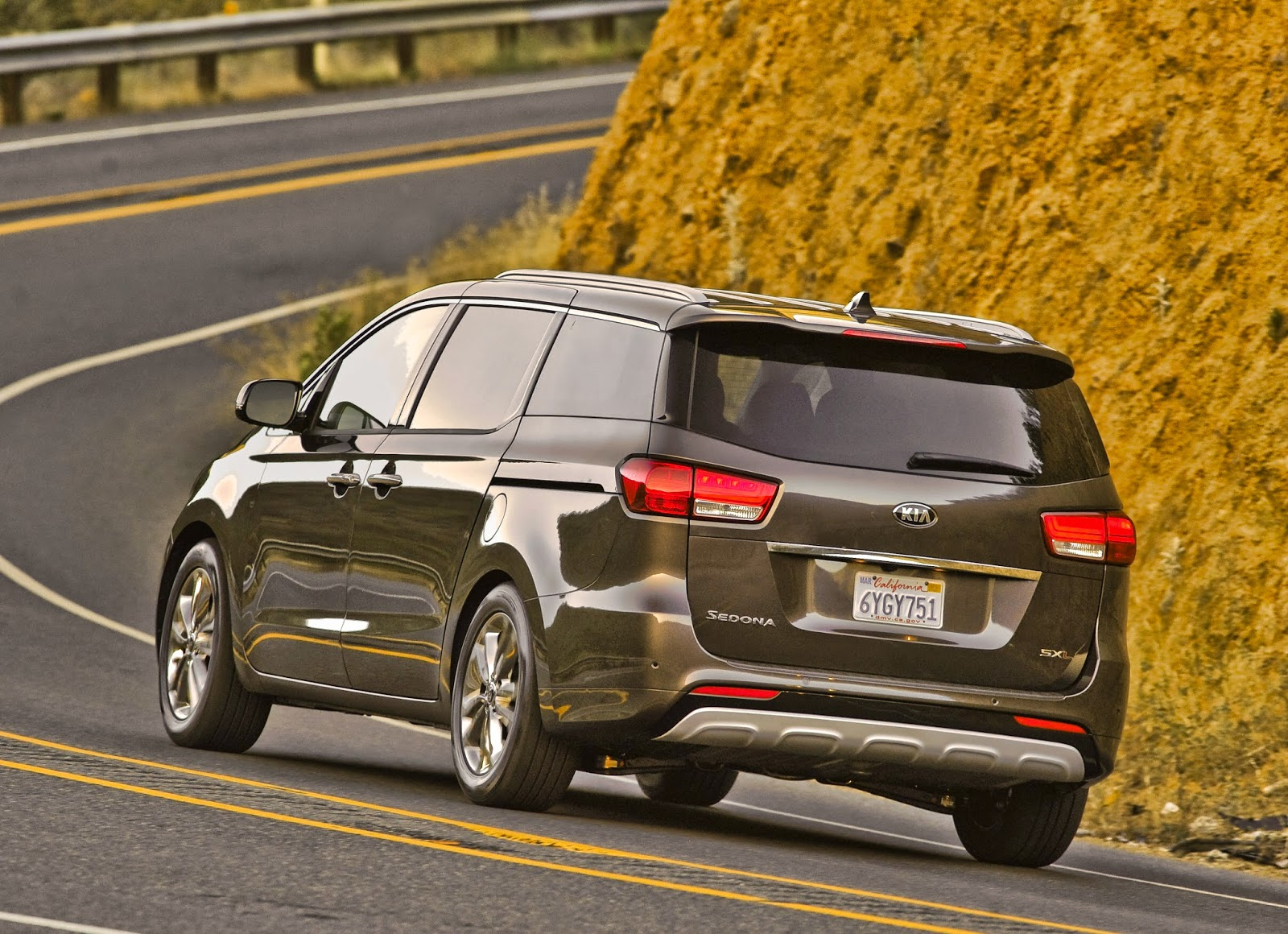 Rear 3/4 view of 2015 Kia Sedona SXL