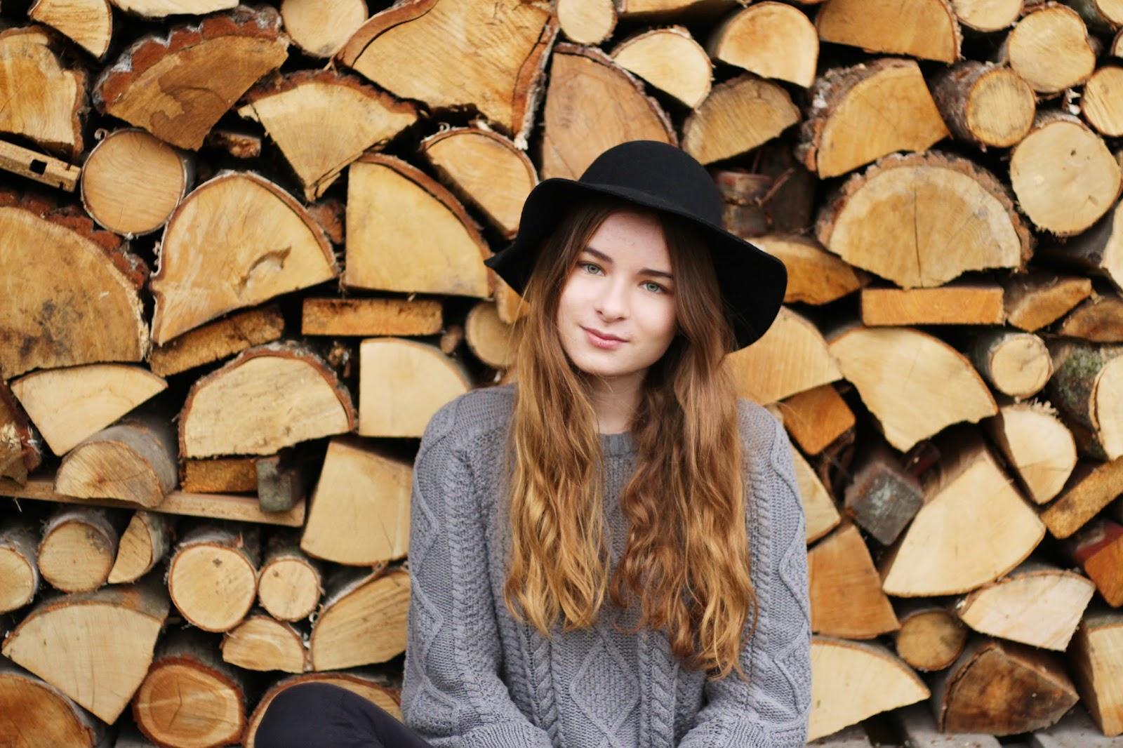 czarny kapelusz sweter na jesień ootd drewno blogerka