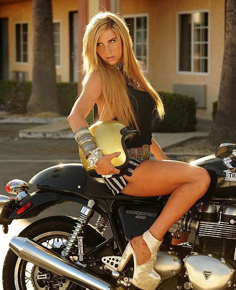 Hot body rocker chick pawns her guitar and her pussy - 3 9