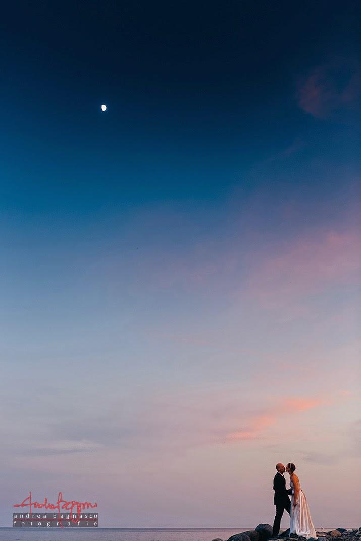 sposi e bacio in riva al mare al tramonto matrimonio Cogoleto
