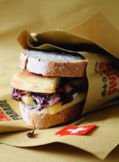 sandwich tiepido ai semi di senape, panissa, sbrinz e radicchio scottato