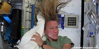 Beginilah Kalau Astronot Keramas di Luar Angkasa