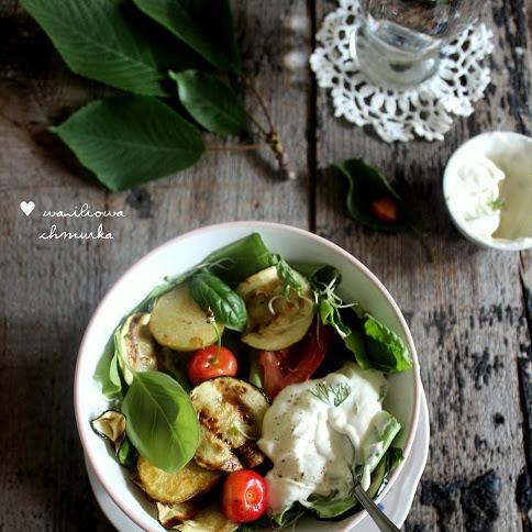 Sałatka z grillowaną cukinią, ziemniaczkami i czereśniami