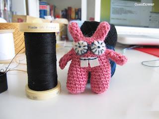 Petit lapin rose de laine