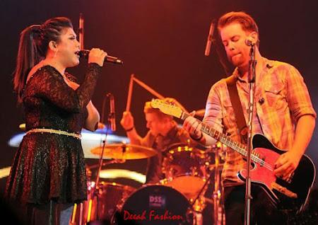 Busana Regina Idol Duet Bareng David Cook (American Idol)