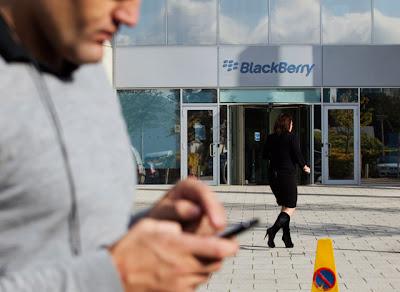 La compañía canadiense Research in Motion, fabricante de los teléfonos BlackBerry, no seguirá siendo parte del índice Nasdaq 100, dijo el operador de ese mercado este sábado en su sitio web. El Nasdaq -que incluye a las 100 empresas no financieras más importantes en los intercambios electrónicos- señaló que Research in Motion (RIM) era una de las diez empresas que serán excluidas del índice durante su proceso anual de revisión. RIM ha visto cómo su estrella se apagaba en los últimos años cuando enfrentó una tenaz competencia con el advenimiento de los teléfonos inteligentes y otros que usan la plataforma