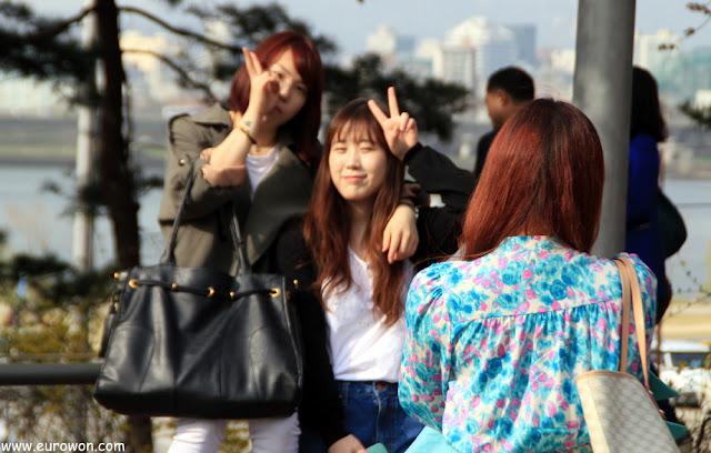 Chicas coreanas posando en Yeouido