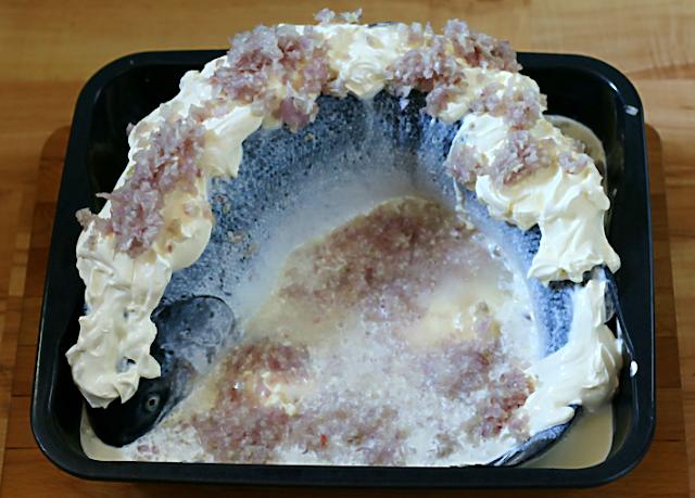 Der ganze Lachs mit Schalottenhaube, bereit für den Ofen | Arthurs Tochter Kocht von Astrid Paul