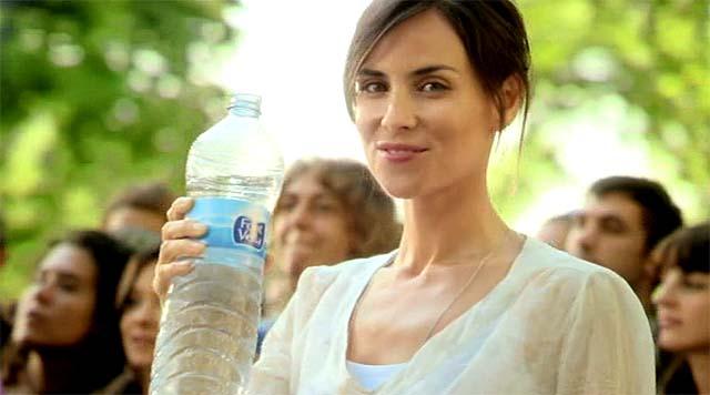 Chica bebiendo agua