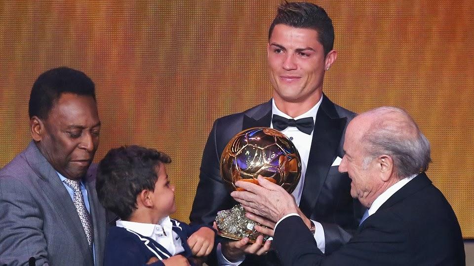 Balón de Oro de la FIFA 2014 - El portugués Cristiano Ronaldo se lleva el Balón de la Oro por segunda vez consecutiva (2008), al vencer a Lionel Messi y Franck Ribéry --y gracias a que Blatter la cagó meses antes al decir que prefería a Messi en lugar de Ronaldo | Ximinia