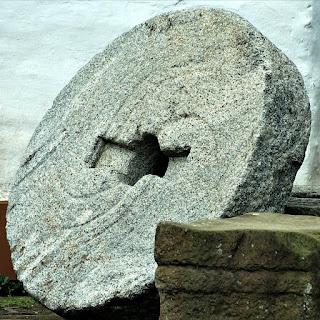 Peça circular de pedra, no pátio externo do Museo de La Cultura Jesuítica, em Yapeyú, Argentina.