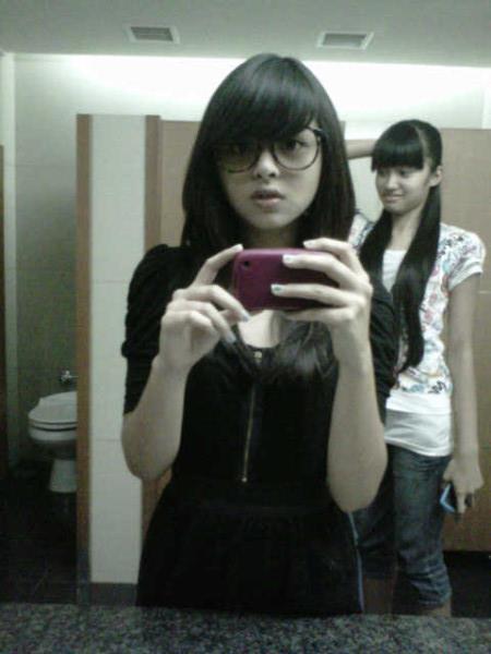 Jeje JKT48 dan Ochi JKT48 berfoto di WC