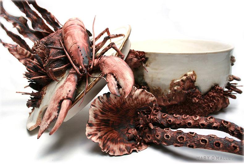 Vajillas de porcelana cubiertos con vida marina por Mary O'Malley