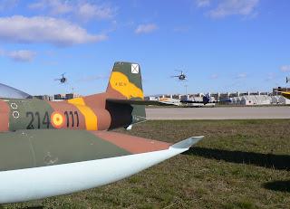 Els dos Robinson R-22 efectuant la seva exhibició.