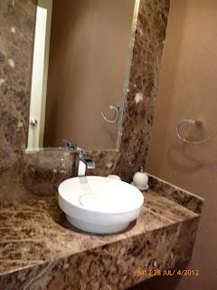Piedra marmol granito y cuarzo tableros para ba os y for Placas de vinilo para banos