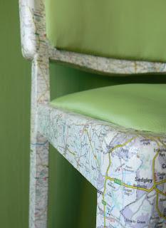 motyw mapy na krzesłach decoupage mebli