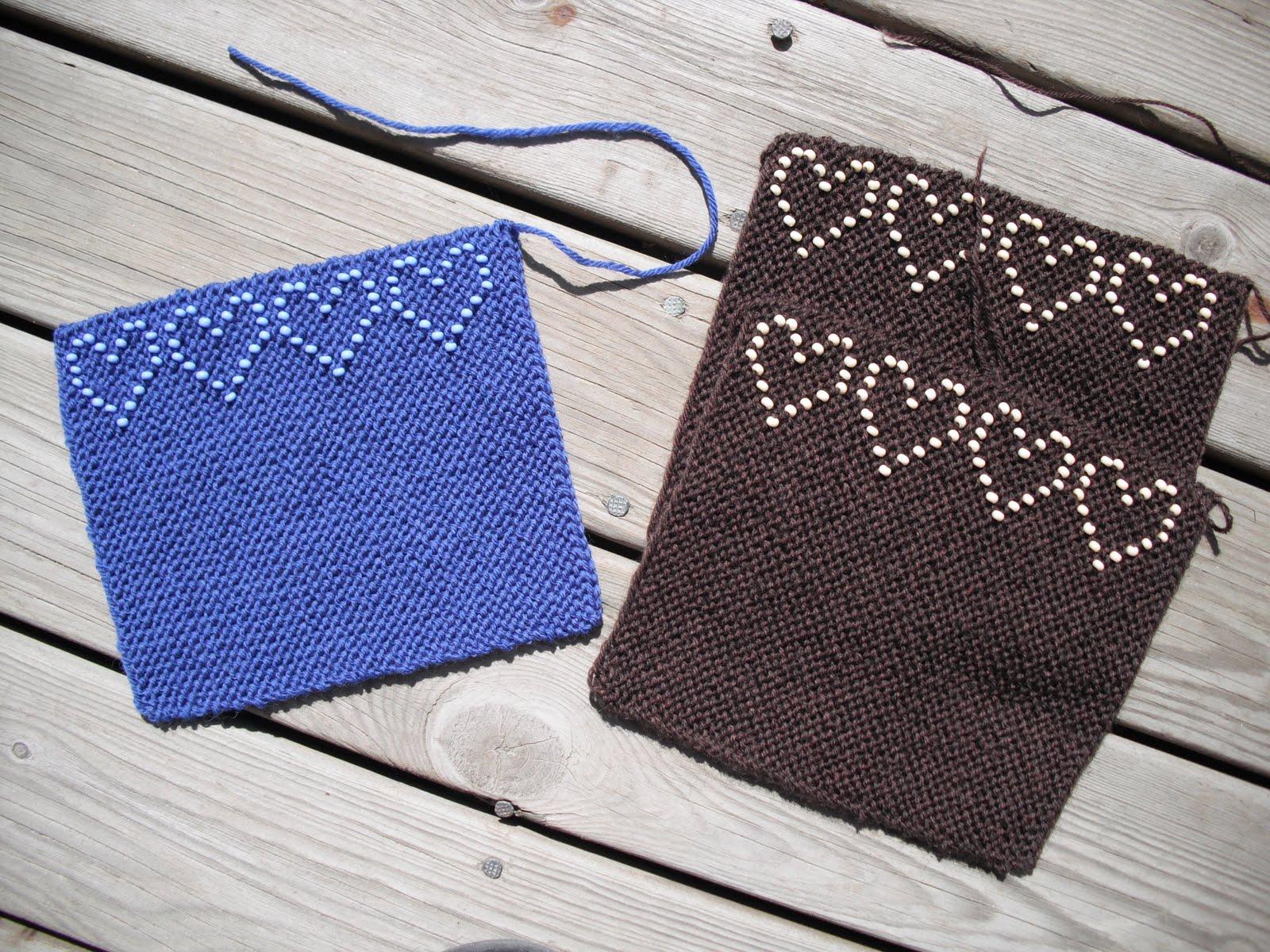Mørkebrune pulsvarmere med beige perler og blå med lyseblå perler